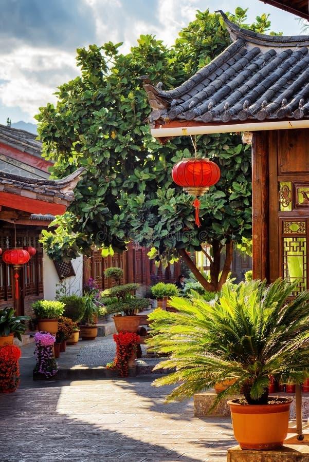 Szenische Ansicht von Holzhäusern des traditionellen Chinesen, Lijiang, China stockbild