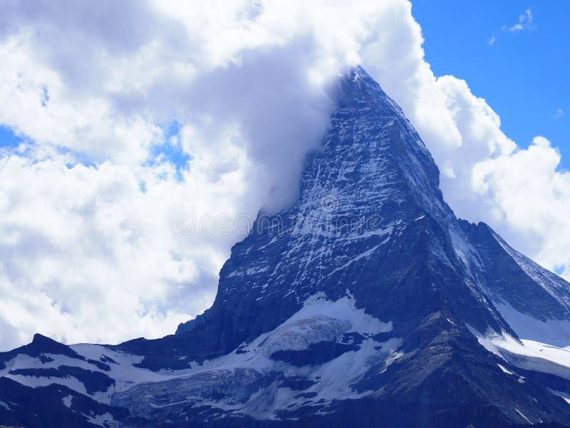 Szenische Ansicht von Matterhorn-Berg und alpine Gebirgsstrecke gestalten in den Schweizer Alpen landschaftlich, die von Gornergr lizenzfreies stockbild