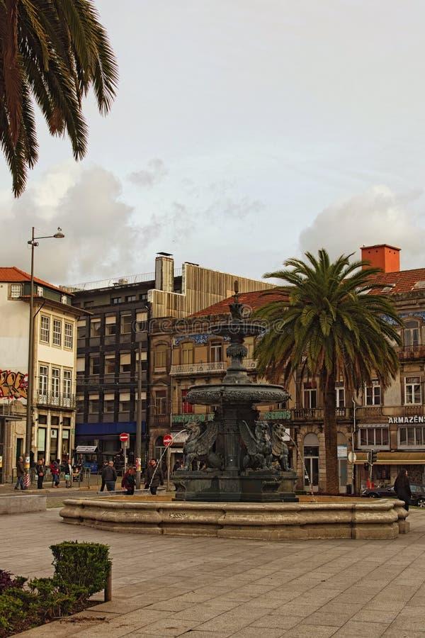 Szenische Ansicht von Quadrat Gomes Teixeira mit dem Brunnen von Löwen, umgeben durch Palme stockbild