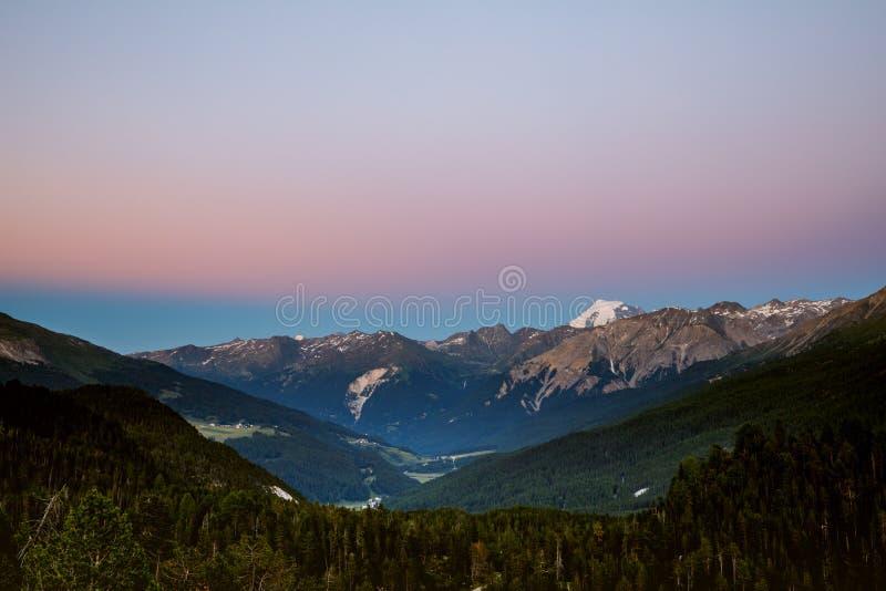 Szenische Ansicht von sch?nen Schweizer Alpenbergen Sonnenuntergang mit rosa blauen Tönen lizenzfreies stockfoto