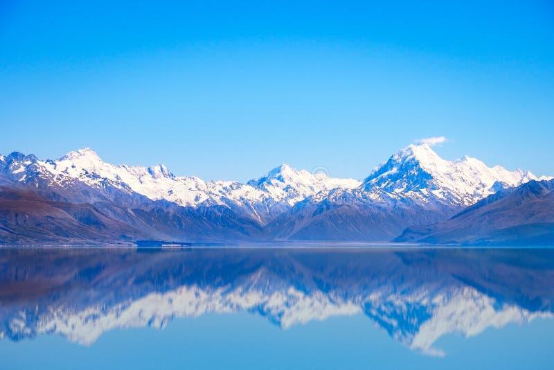 Szenische Ansicht von See Pukaki und Mt kochen mit Reflexion, Neuseeland lizenzfreies stockbild