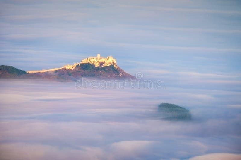 Szenische Ansicht von Spis-Schloss bei Sonnenaufgang über Wolken, Slowakei stockfotografie