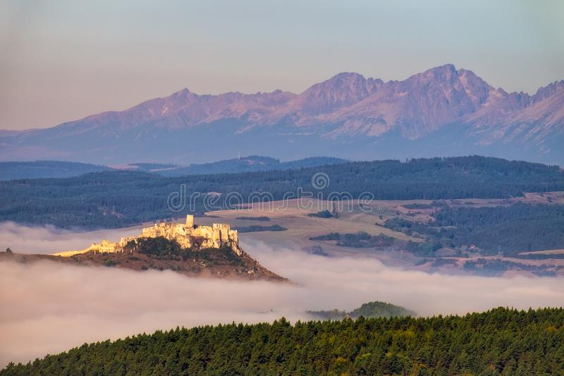Szenische Ansicht von Spis-Schloss und von hohem Tatras, Slowakei lizenzfreie stockfotografie