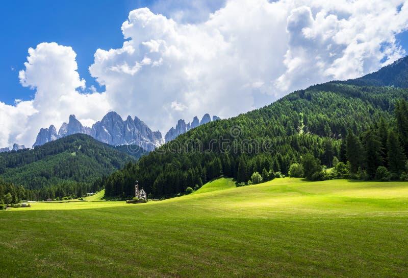 Szenische Ansicht von St. Johann Church Santa Maddalena-Dorf, Dolomit, Val di Funes, Italien stockbild