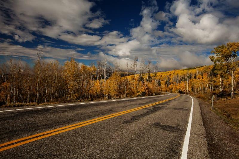 Szenische Ansicht zu den Hochl?ndern auf dem Seitenweg 12 in Utah, USA stockbild