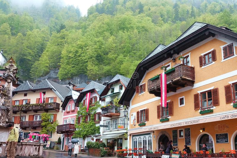 Szenische Ansichtskarteansicht berühmten Hallstatt-Bergdorfes auf den Österreicher lizenzfreies stockbild