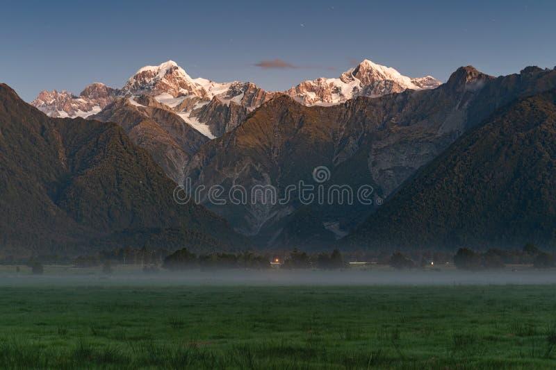 Szenische Berglandschaft Fox-Gletscher Neuseelands lizenzfreie stockbilder