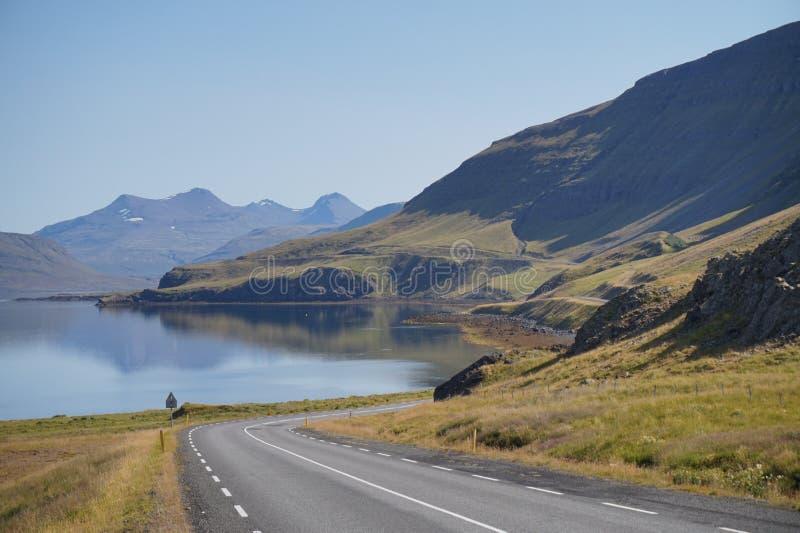 Szenische Berglandschaft reflektiert im Wasser stockfotos