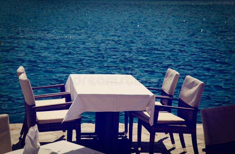 Szenische Cafétabelle mit Seeansicht lizenzfreie stockfotografie