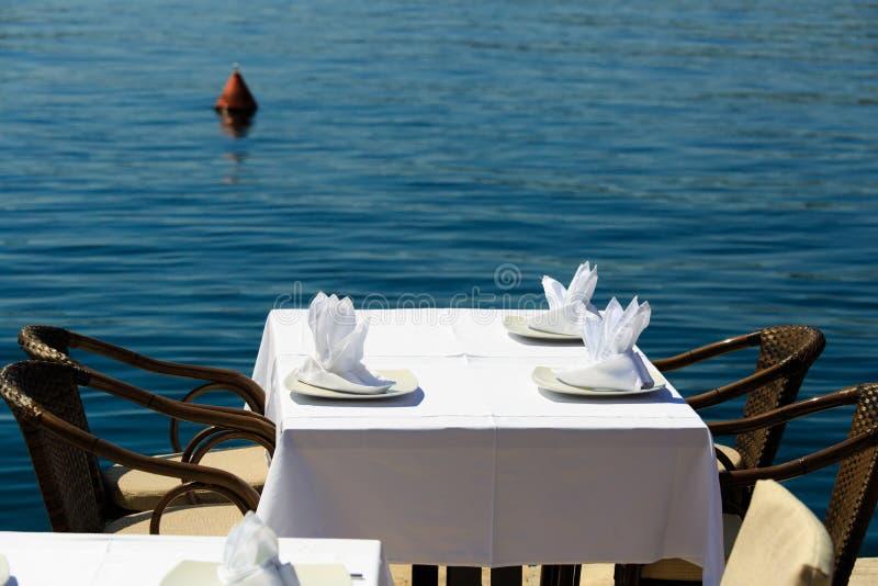 Szenische Cafétabelle nahe dem Meer stockfoto