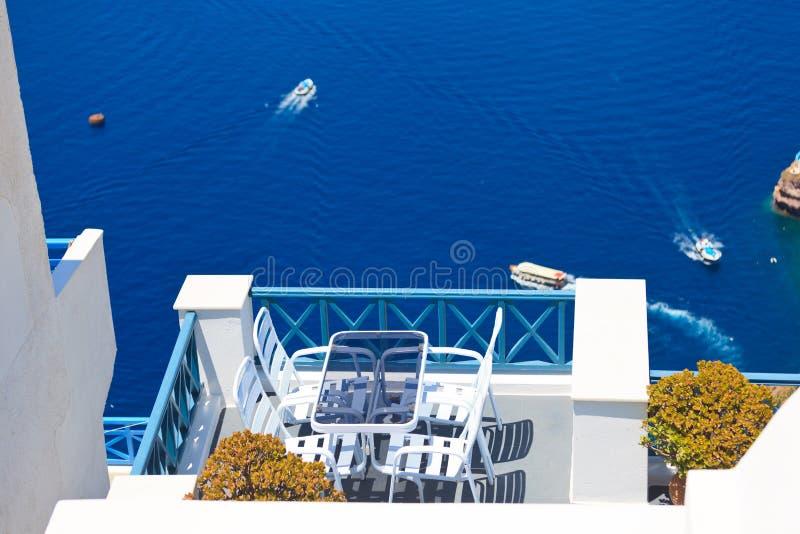 Szenische Cafétabelle in Santorini lizenzfreie stockbilder