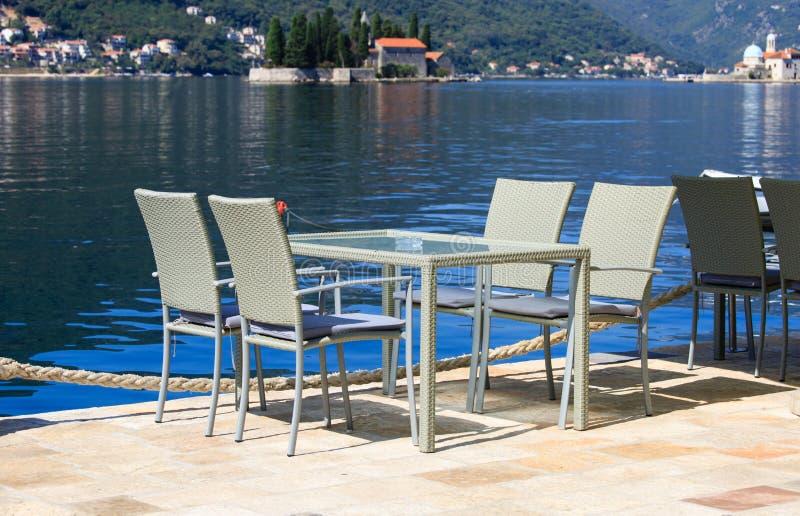 Szenische Cafétabellen in Montenegro lizenzfreie stockbilder