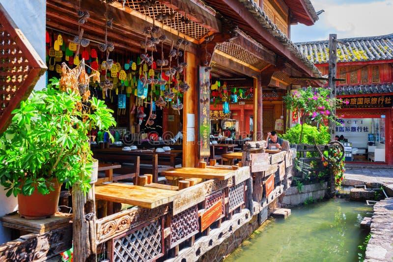 Szenische hölzerne Fassade des Restaurants in der alten Stadt von Lijiang lizenzfreie stockbilder