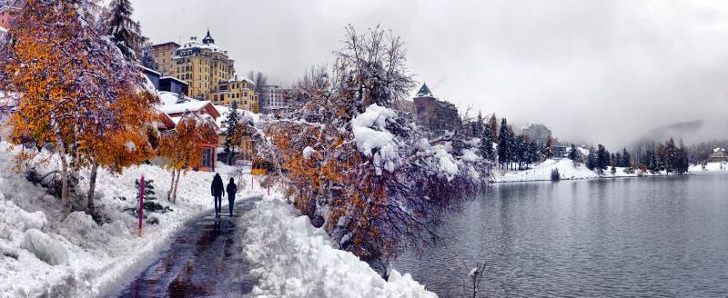 Szenische Herbstansicht mit dem ersten Schnee, den Bäumen und dem Wald in lizenzfreies stockfoto