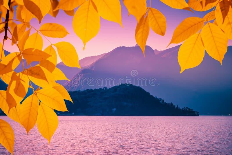 Szenische Herbstlandschaft mit Alpen und Como See, Lombardei, Italien stockfotografie