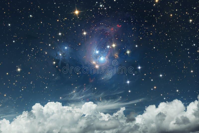 Szenische himmlische Landschaft Sternenklarer Himmel auf einem Hintergrund weißen c lizenzfreie stockfotos
