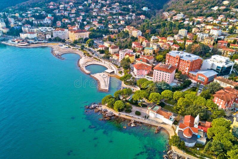 Szenische Küstenlinie von Strand Opatija und Slatina Vogelperspektive lizenzfreies stockbild