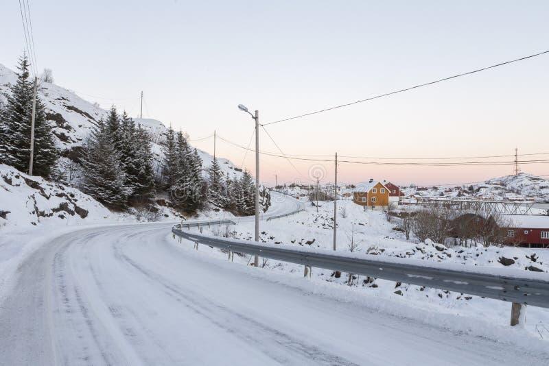 Szenische Kurve in Straße Kong Olavs von Ã… zu Reine während des Winters lizenzfreie stockfotografie