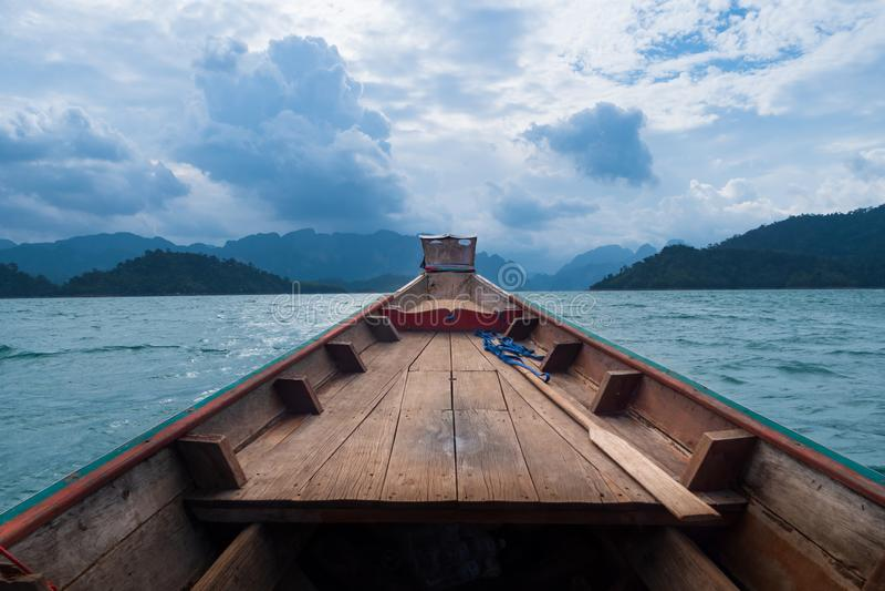 Szenische Landschaft der Bootsansicht in die große Fluss- und Reservoirverdammung mit Gebirgs- und Naturwald stockfoto