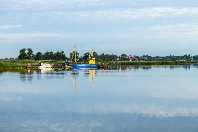 Szenische Landschaft mit Boot am Stauwasser von Ostsee im Benz, U lizenzfreie stockbilder