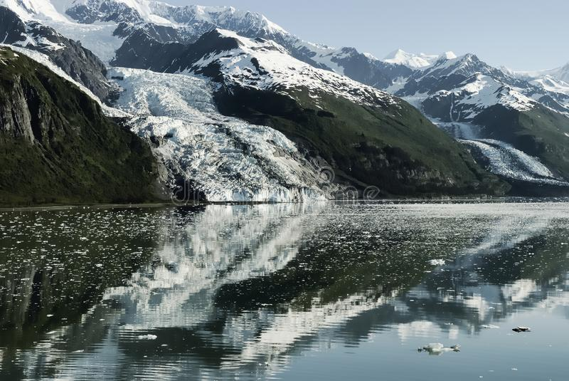 Szenische Landschaft mit den Gletschern, die in das Wasser am College fließen lizenzfreie stockfotografie