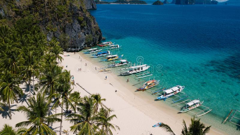 Szenische Landschaft mit Seebucht, philippinischen Booten und Gebirgsinseln, EL Nido, Palawan, Philippinen stockfotografie