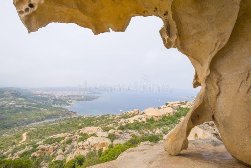 Szenische Landschaft von grünen Hügeln und von felsigen Bergen der Insel von Sardinien stockfotografie
