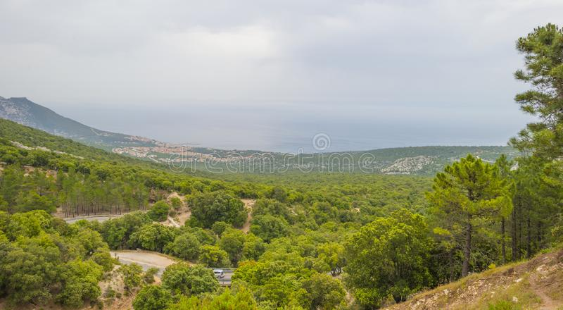 Szenische Landschaft von grünen Hügeln und von felsigen Bergen der Insel von Sardinien lizenzfreie stockbilder