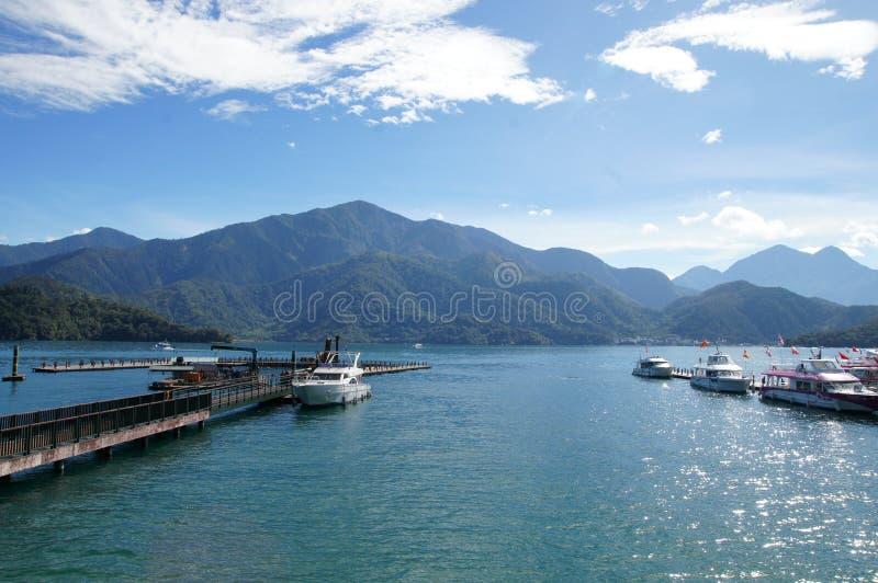 Szenische Landschaft von Meer und von Berg lizenzfreies stockbild