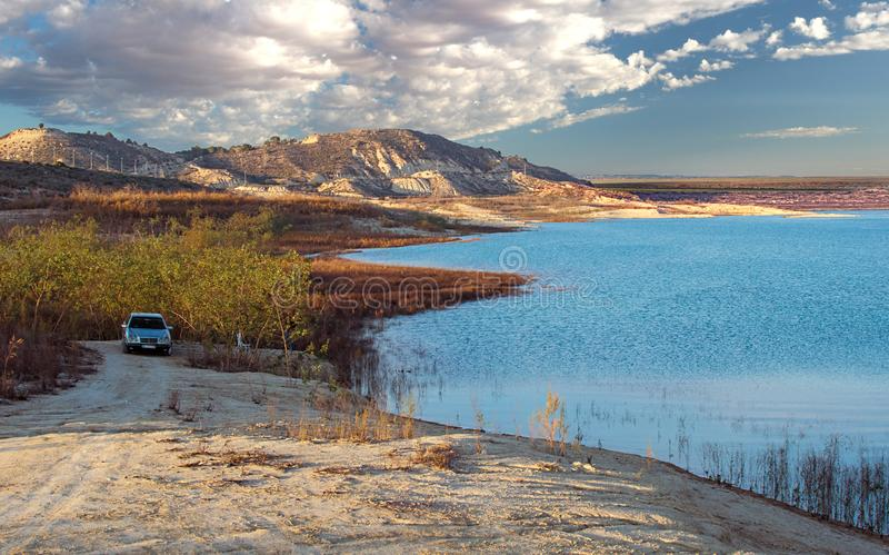 Szenische Landschaft von Parkplatz über einem See gegen Berge stockfotografie