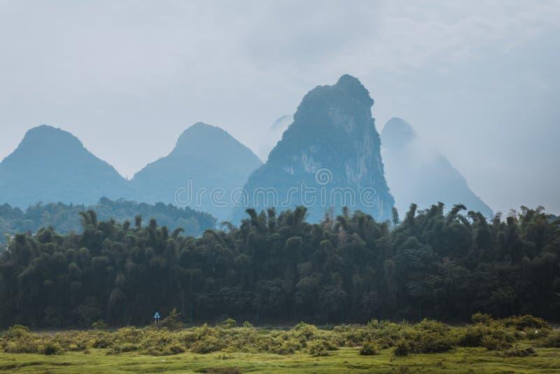 Szenische Landschaft an Yangshuo-Grafschaft von Guilin, China Ansicht von ist stockfotos