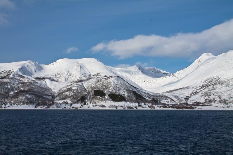 Szenische Landschaftsansicht von der Bootsreise auf schönen schneebedeckten Fjorden im norwegischen Meer im blauen Himmel und in  lizenzfreie stockbilder