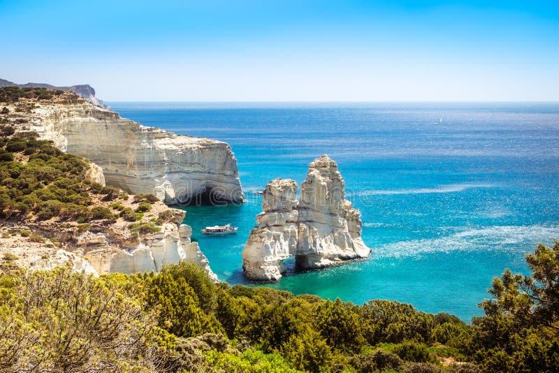 Szenische Meerblickansicht felsiger Küstenlinie Kleftiko auf Milosinsel stockfotos