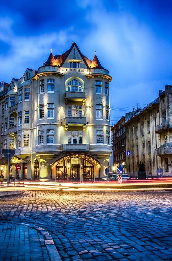Szenische Nacht-Lemberg-Stadtbildarchitektur auf der langen Belichtung lizenzfreies stockfoto