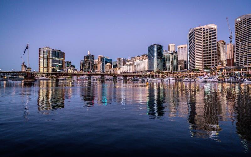Szenische Nachtansicht von Sydney Darling Harbour mit Brücke und Skylinen Pyrmont stockfotografie