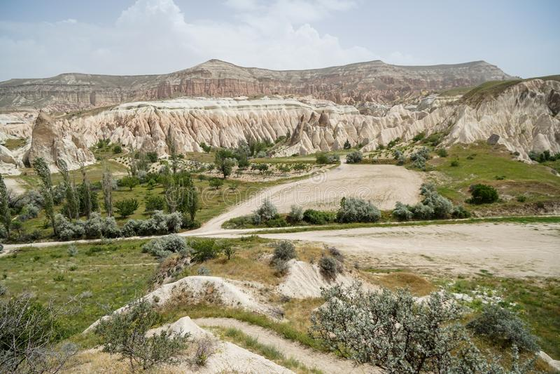 Szenische Panoramalandschaftsansicht des Rotes und des rosafarbenen Tales, die einzigartigen rauen Steinberg und grüne Wüstenpfla stockfoto