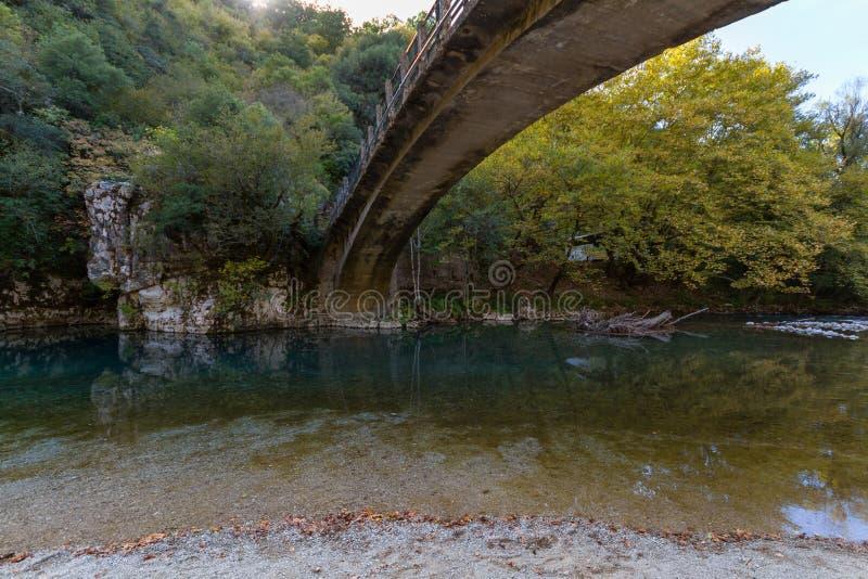 Szenische Papigo-Brücke über Voidomatis-Fluss in Zagoria, Epirus, G stockfoto
