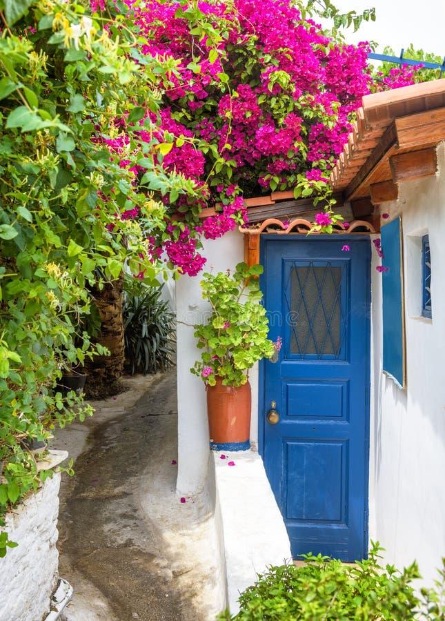 Szenische schmale Straße in Plaka-Bezirk, Athen, Griechenland lizenzfreie stockbilder