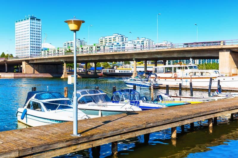Szenische Sommeransicht des Piers in Helsinki, Finnland lizenzfreie stockfotografie