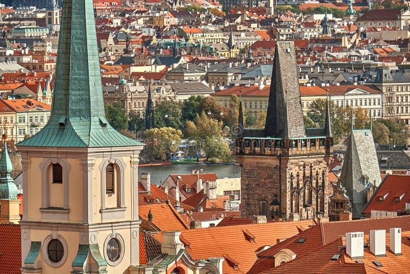 Szenische Sommervogelperspektive der alten Stadtpier Architektur und des Charles Bridges über die Moldau-Fluss in Prag, Tschechis stockbilder