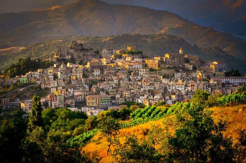 Szenische Sonnenuntergangansicht von Dorf Castiglione di Sicilia, Sizilien stockbild