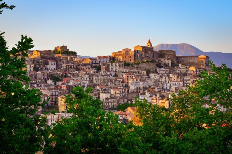 Szenische Sonnenuntergangansicht von Dorf Castiglione di Sicilia, Sizilien lizenzfreie stockbilder