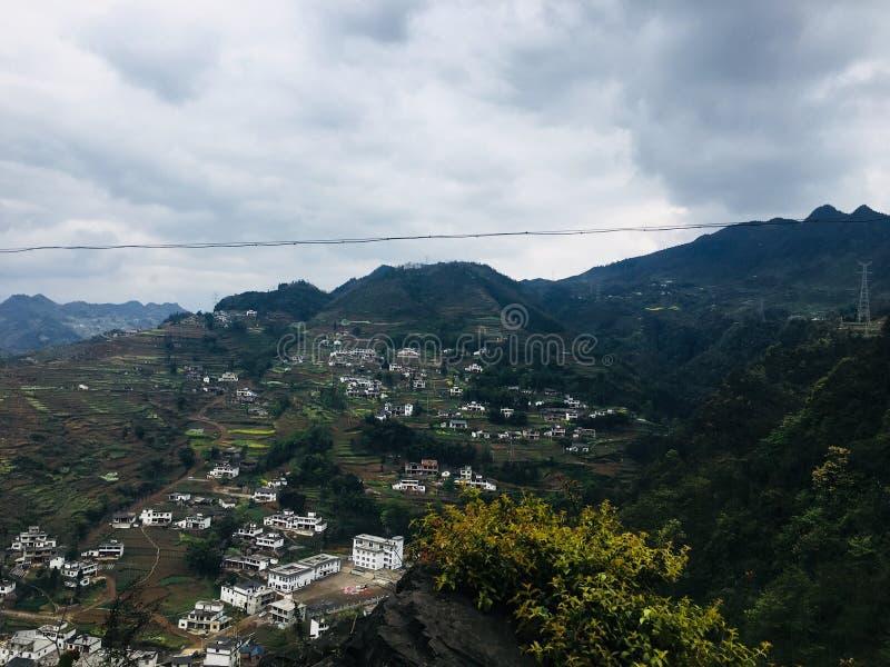 Szenische Stelle des Erholungsortes, Landschaftsmalerei, grünes Wasser, grüner Berg, goldener Hügel, silberner Berg lizenzfreies stockfoto