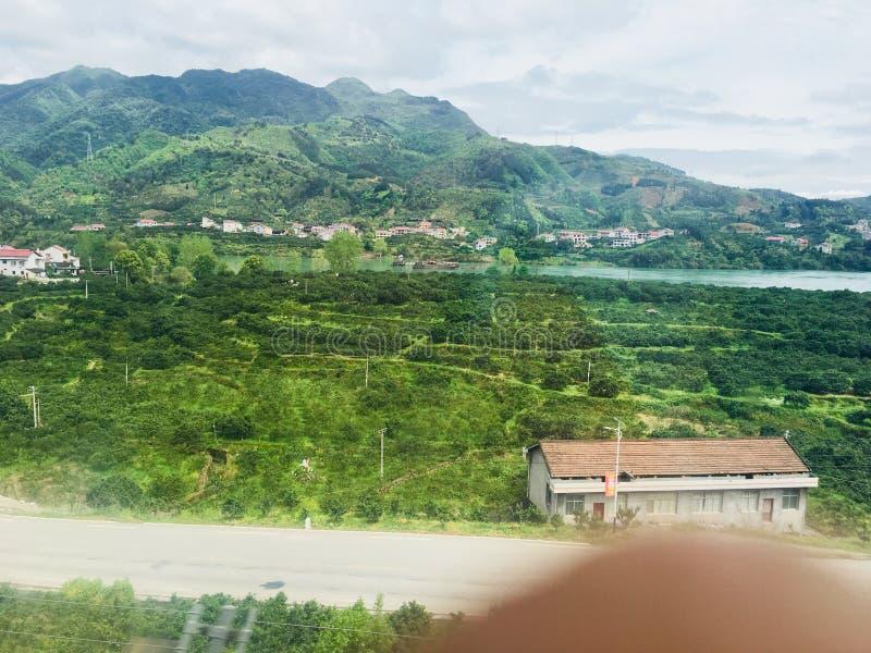 Szenische Stelle des Erholungsortes, Landschaftsmalerei, gr?nes Wasser, gr?ner Berg, goldener H?gel, silberner Berg stockbild