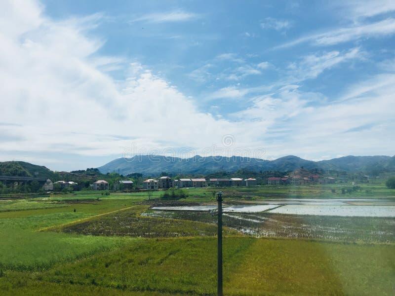 Szenische Stelle des Erholungsortes, Landschaftsmalerei, gr?nes Wasser, gr?ner Berg, goldener H?gel, silberner Berg stockfoto