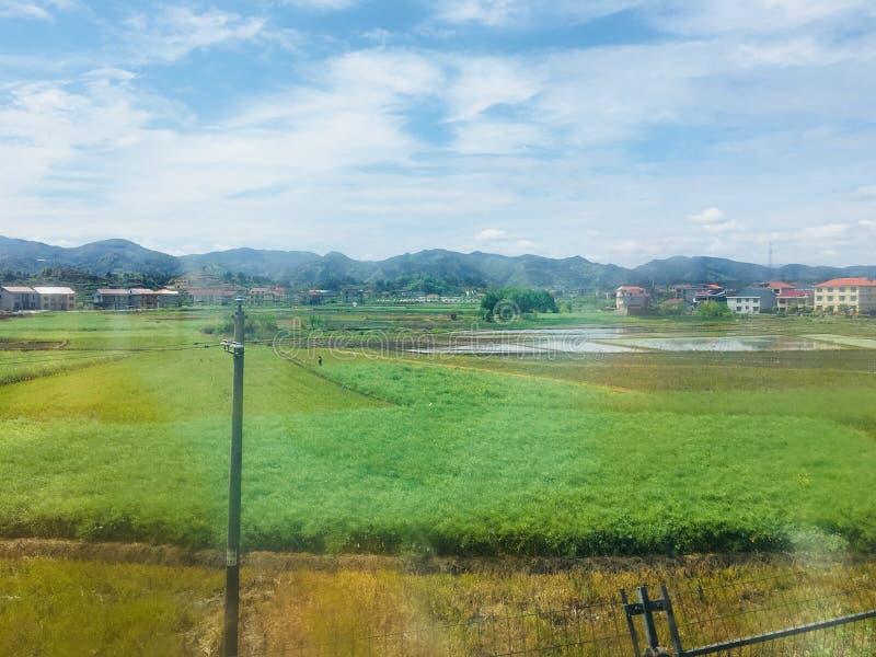 Szenische Stelle des Erholungsortes, Landschaftsmalerei, gr?nes Wasser, gr?ner Berg, goldener H?gel, silberner Berg stockfotos