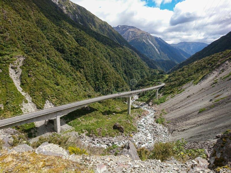 Szenische Straße Neuseelands in Berg stockfotografie