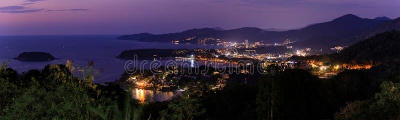 Szenische von der Luftansicht über schönes Andaman-Meer und 3 Buchten an Karon-Standpunkt, Phuket, Thailand stockfotografie