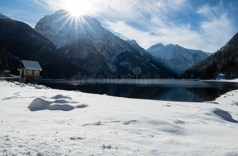 Download Szenischer Gebirgspass Lake Lago Del Predil Mit Haus In Der Winterlandschaft Mit Blauem Himmel Des Sonnenlichts, Italien Stockfoto - Bild von wald, frech: 106803694