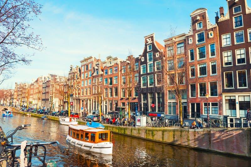 Szenischer Kanal in Amsterdam, die Niederlande stockfoto